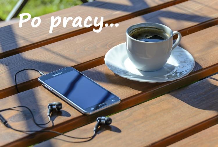 Na ławce filiżanka z kawą, obok smartfon ze słuchawkami. Napis: Po pracy.
