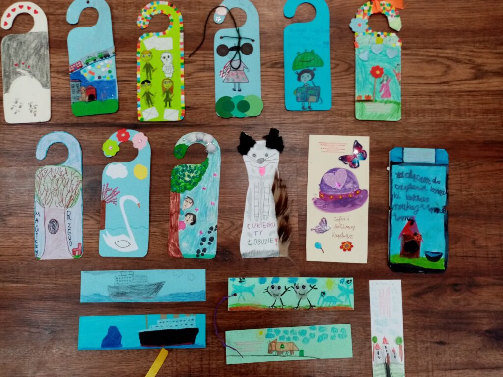 Prace konkursowe: kolorowe zakładki do książek oraz zawieszki na drzwi